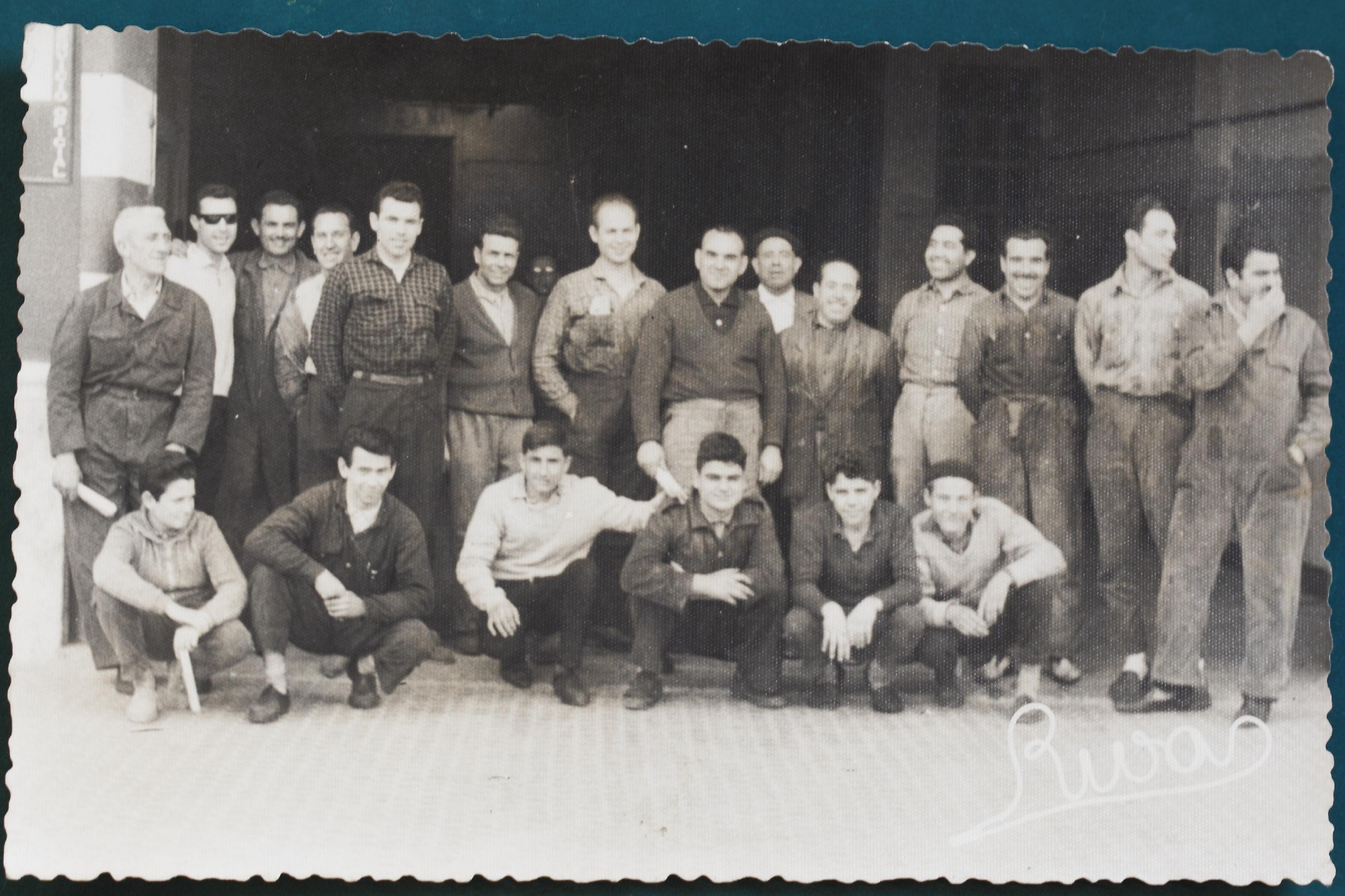 Trabajadores a la puerta de la fábrica Villof