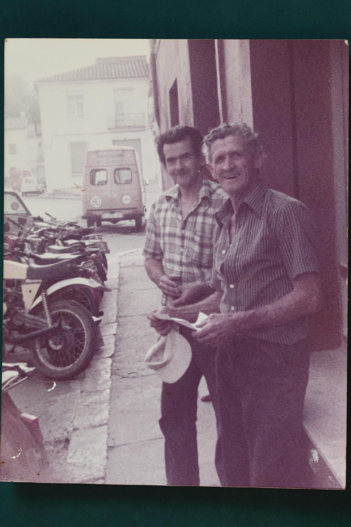 Manuel Albert Blay a la puerta de su taller , en la calle Mayor 58 Moncada , junto con su amigo desde la infancia y también cliente Vicent Antoni Gramontell.