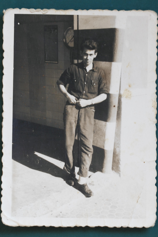 Manuel Albert Blay a la puerta de su taller