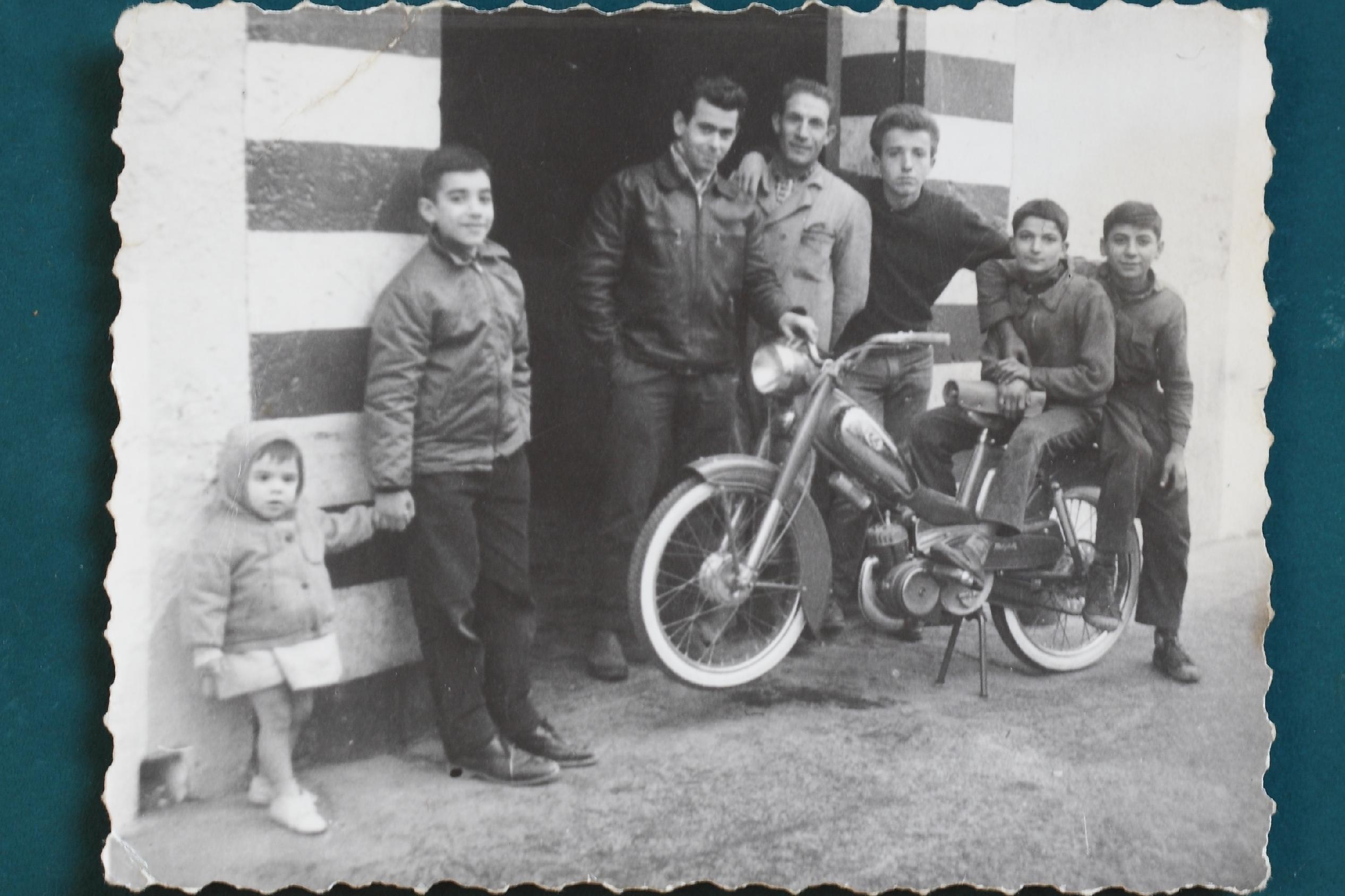Manuel Albert Blay junto con trabajadores y aprendices , a la puerta del taller, años 60 , Moncada