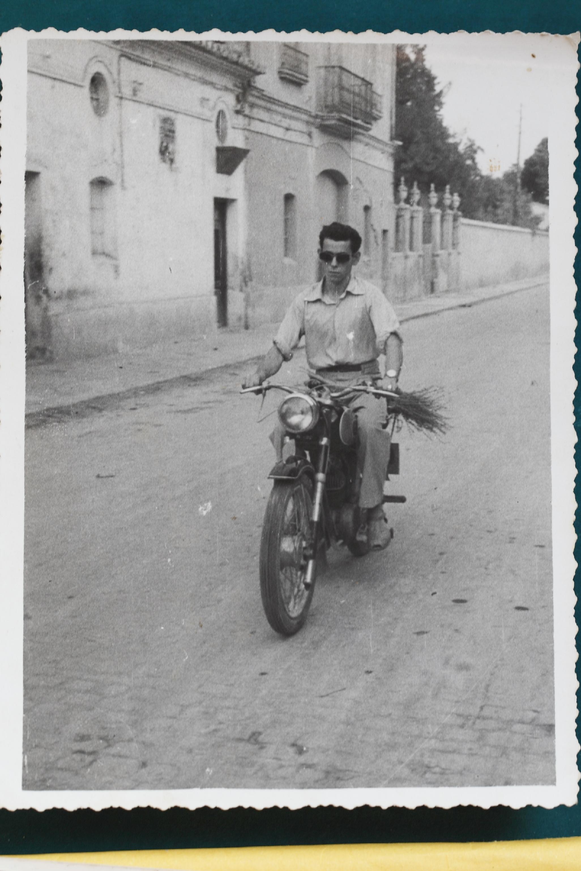 Manuel Albert Blay condiciendo una moto Villof