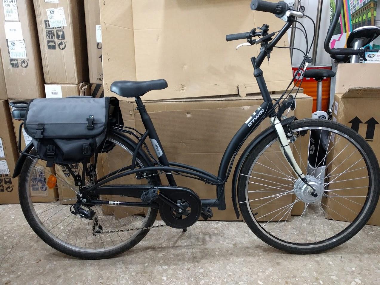 Bicicleta b'twin de paseo transformada en bicicleta eléctrica